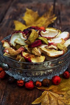 Dried apples, rowan berries and leaves - бесплатный image #301991