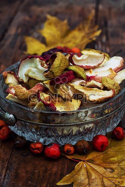 Pommes séchées, baies de rowan et feuilles - image gratuit #301991