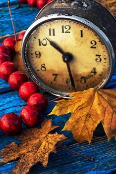 Alarm clock, beads and yellow leaves - бесплатный image #302081