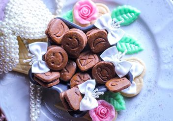 Tiny chocolate cookies still life - image #302501 gratis