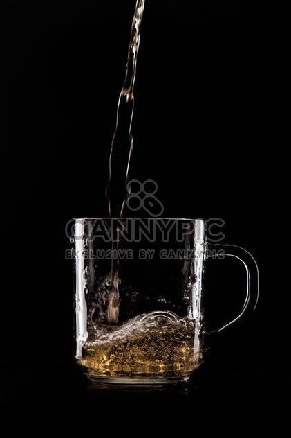 Стеклянный стакан на черном фоне - бесплатный image #303221