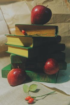 Still life of apples on a book - image gratuit #303351