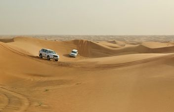 Driving on jeeps on the desert - image gratuit #303371