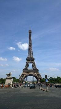 Eiffel Tower and Busy Stree - image gratuit #304771