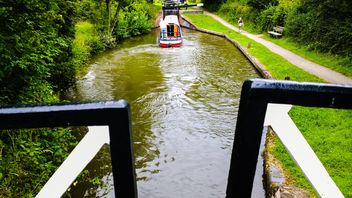 Boater tourist holidaymaker driving steering narrow boat - image #305701 gratis