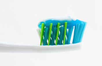 Toothbrush with Toothpaste - Kostenloses image #309391