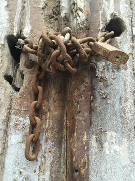 rusty lock on an old wooden door - image #317401 gratis