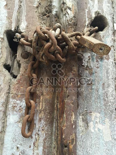 serrure rouillée sur une vieille porte en bois - image gratuit(e) #317401