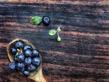 Blueberries in wooden spoon - image gratuit #326531