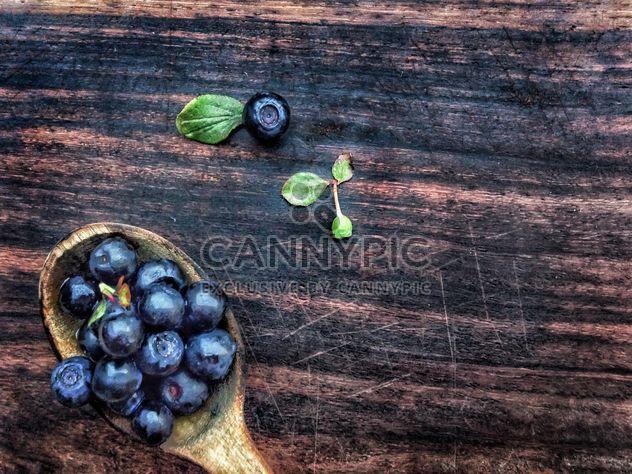 Черника в деревянной ложкой - бесплатный image #326531