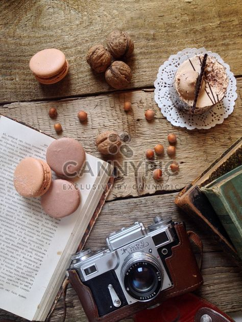 Macarrones, torta, nueces, vieja cámara y libros -  image #329101 gratis
