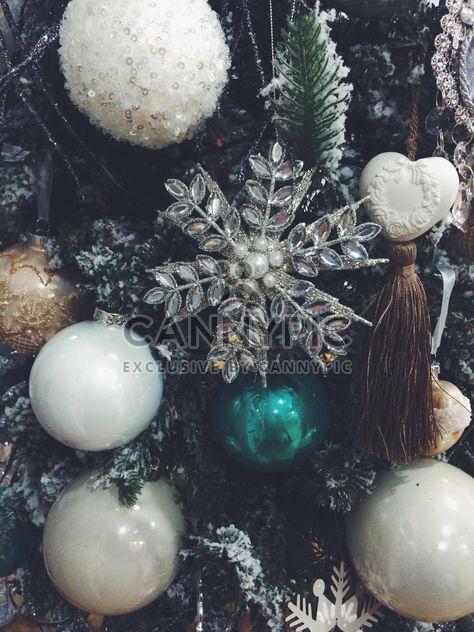 Juguetes de Navidad en el árbol - image #329221 gratis