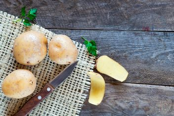 Fresh potatoes on wooden table - image gratuit #330681