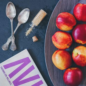 Food styling: peach, sugar, magazine - image #330701 gratis