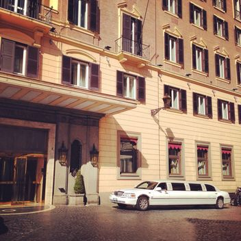 White limousine Lincoln car near building - image gratuit #331031