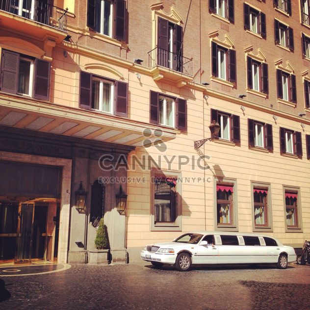 Limusina blanca Lincoln car cerca de edificio - image #331031 gratis