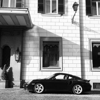 Porsche car near house - image #331291 gratis