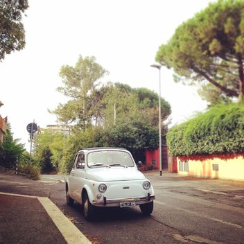White Fiat 500 on the road - image gratuit #331711