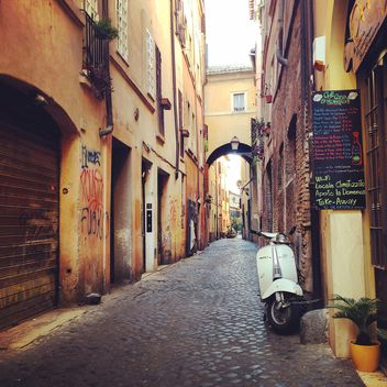 Narrow street in Rome, Italy - бесплатный image #331781