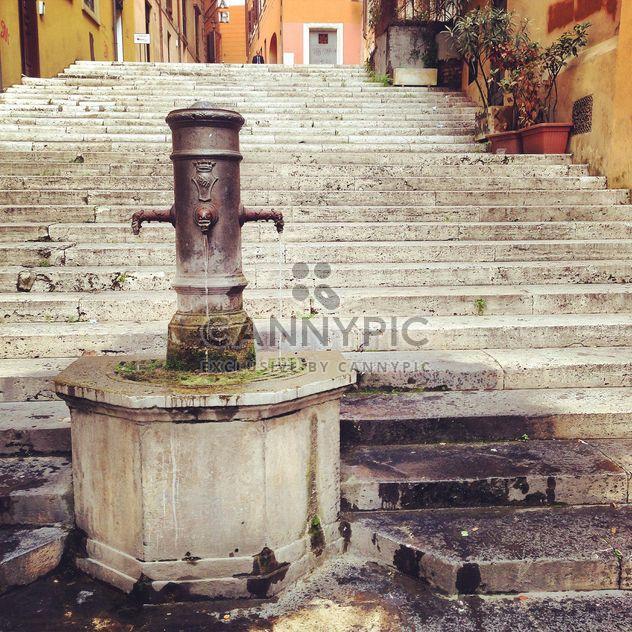 Vieille fontaine et escaliers dans la ville de Rome, Italie - image gratuit(e) #331801