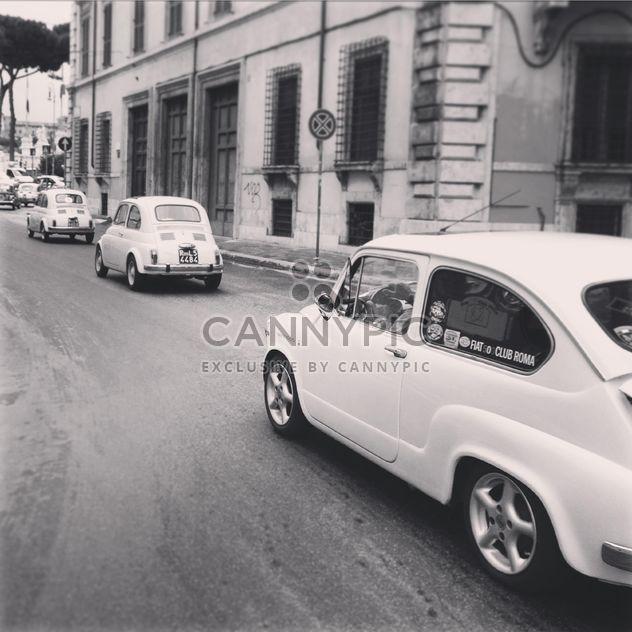 Carros antigos da Fiat na estrada - Free image #331841