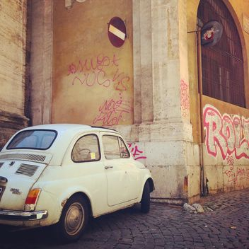 White Fiat 500 parked near building - image gratuit #331901