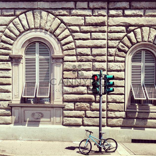 Vélo et feux de circulation près de house à Florence - image gratuit(e) #332031