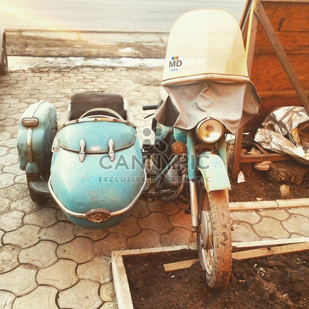 Old motorcycle in street - image gratuit #332121