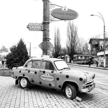 Old Moskvich car in street - image #332171 gratis