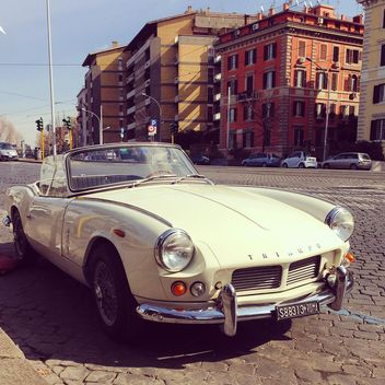 Old Triumph car in street - image gratuit(e) #332181