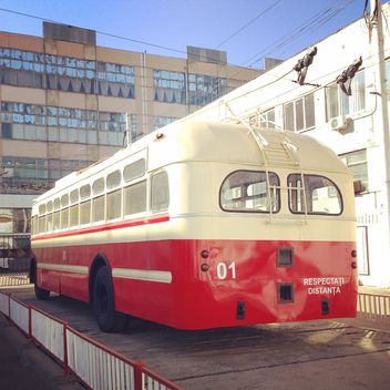 Red trolley bus - image gratuit #332211