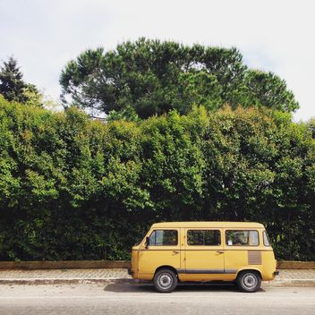 Old yellow fiat in street - image gratuit(e) #332341