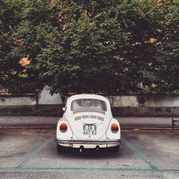 Old white car on parking - image gratuit #332371