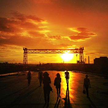 People in street at sunset - Kostenloses image #332881