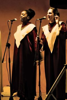 People in purple mantels singing gospel - бесплатный image #333771
