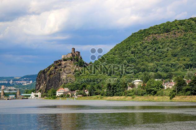 Замок на горе - бесплатный image #334211