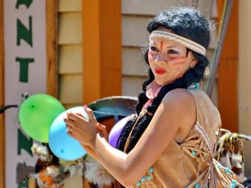 Dancer in a costume of Indian of America - Free image #334681