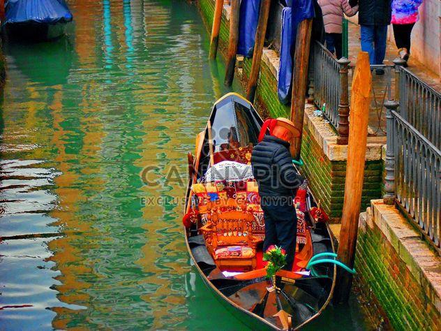 Barcos en el canal de Venecia - image #334981 gratis