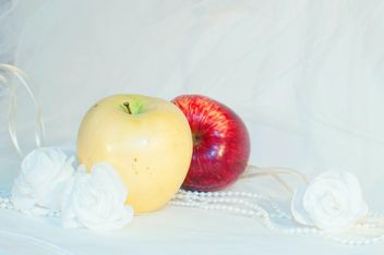 Apples, white roses and beads - image gratuit #337831