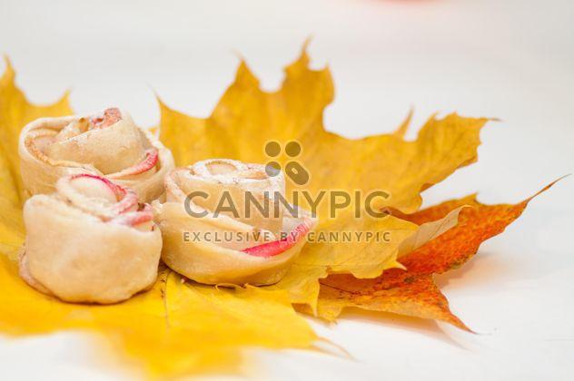Roses en pâte et des pommes - image gratuit #337841