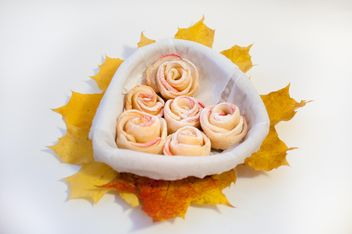 Roses made of dough and apples - image gratuit #337851