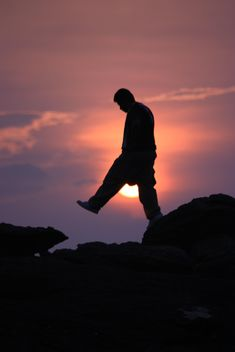 Silhouette of man at sunset - image gratuit(e) #338531