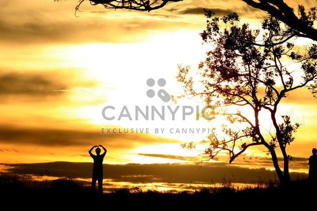 Silhuetas dos homens ao pôr do sol - Free image #338541