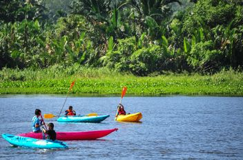 Kids kayaking in river - image #341281 gratis