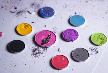 color composition of eyeshadows and decor - image gratuit #341531