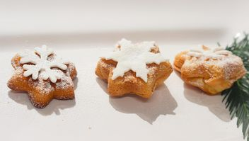 Christmas bakery with white sugar snowflakes - бесплатный image #342081