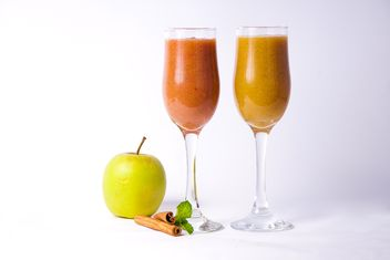 Citrus fresh juice in two glasses with cinnamon and apple - бесплатный image #342501