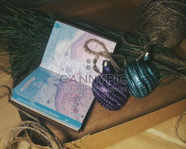 Рождественские украшения, коробки, сосна и карта - бесплатный image #342551