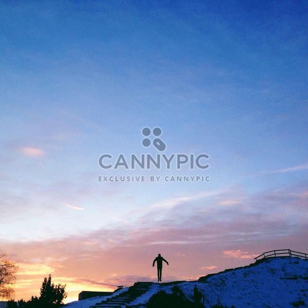 Silhouette d'un homme sautant au coucher du soleil - image gratuit #343501
