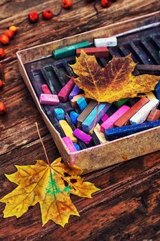 chalk and leaves on a wooden table - image #343561 gratis